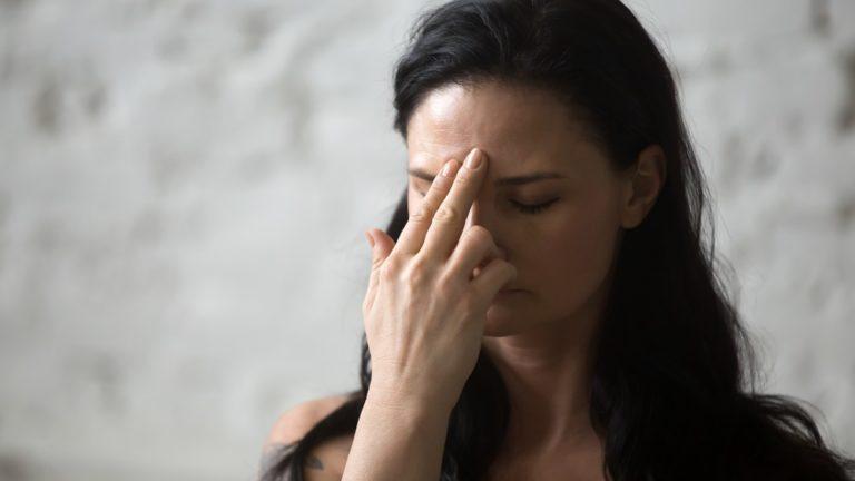 exercicios para respiração   yoga   mulher fazendo a respiraçao das narinas alternadas