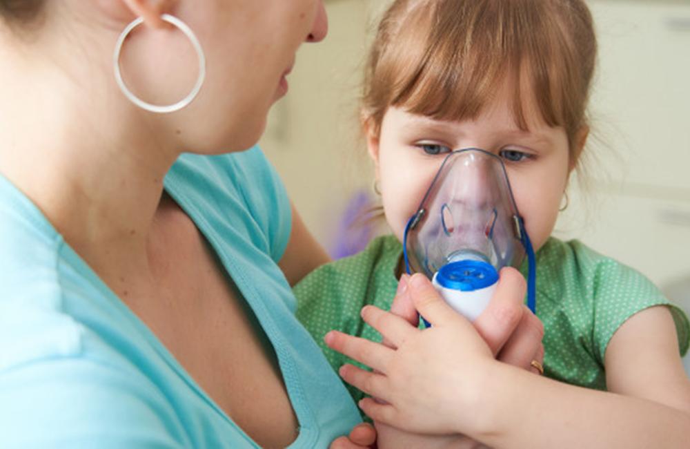 mãe fazendo nebulização na criança - nebulizador infantil